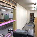 教室の壁に穴が開いて扉がつきそう!